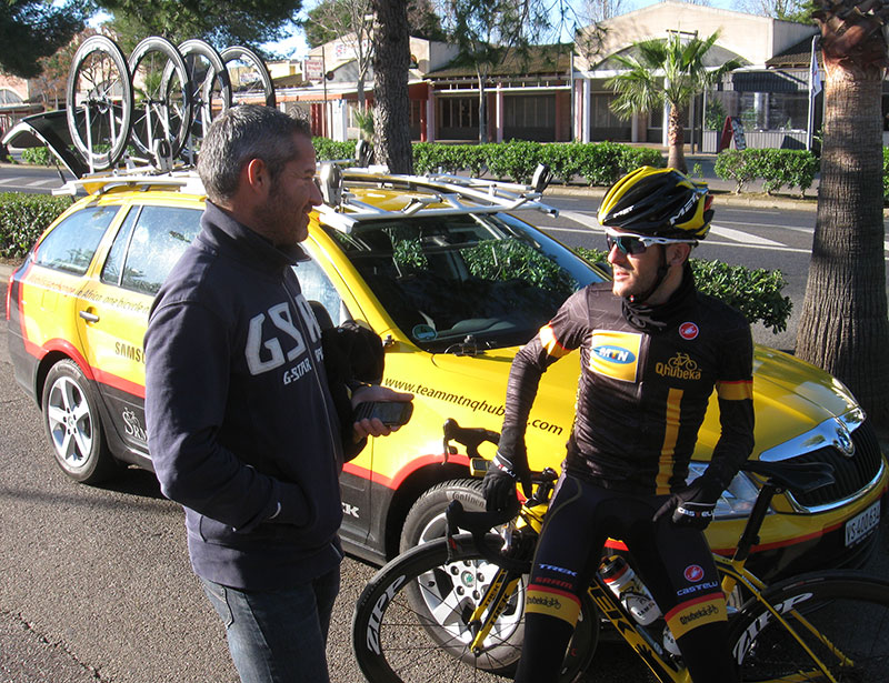 Manel Lahambra pre–ride discussion with Sergio Pardilla, on one of the rare days when he coached from the team car during the Mallorca camp
