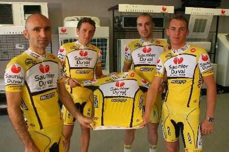 Leonardo Piepoli, José Ángel Gómez Marchante, Juanjo Cobo en Riccardo Riccò met het nieuwe shirt van de Saunier Duval-Scott ploeg