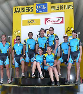 Des clients de Sports Tours International sur le podium de l'arrivée du Tour de France à Jausiers en 2008