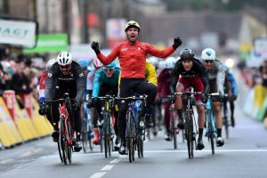 Summary 2nd stage Paris-Nice 2017: a split peloton stage which ends in a sprint won by Colbrelli