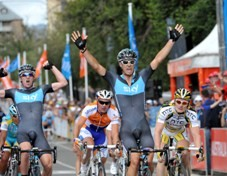 Team Sky makes a good start into 2010: Greg Henderson wins the Cancer Council Helpline Classic ahead of his team mate Chris Sutton