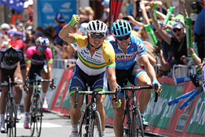 Simon Gerrans beats André Greipel in the first stage of the Santos Tour Down Under