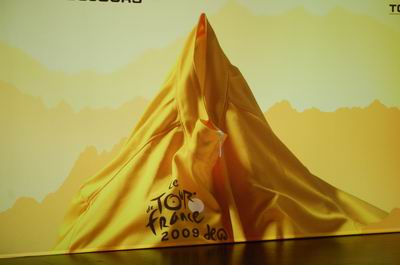 The visual identity of the Tour de France 2009: a yellow jersey which forms the Mont Ventoux