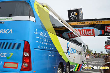 Le bus d'Orica-GreenEDGE, coincé