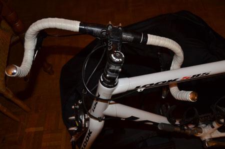 In de meeste transporthoezen moet je het stuur draaien (dezelfde fiets in een andere transporthoes)