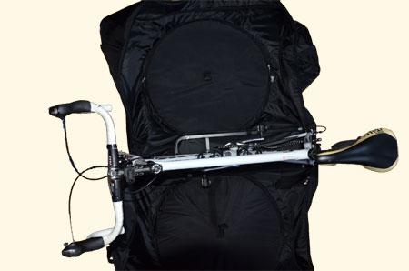 De fiets gemonteerd in de hoes zonder het stuur te draaien