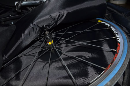 Het beschermingspunt in één van de opbergvakken voor een wiel