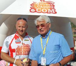 Laurent Devoyon avec Raymond Poulidor devant la tente casquée