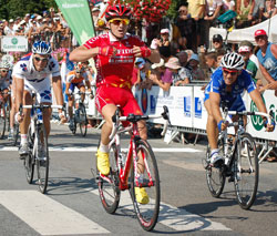 Samuel Dumoulin (Cofidis) wins the stage after a sprint