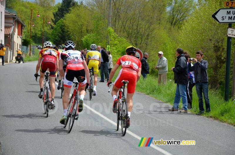 The breakaway goes off to the Côte de Roybon