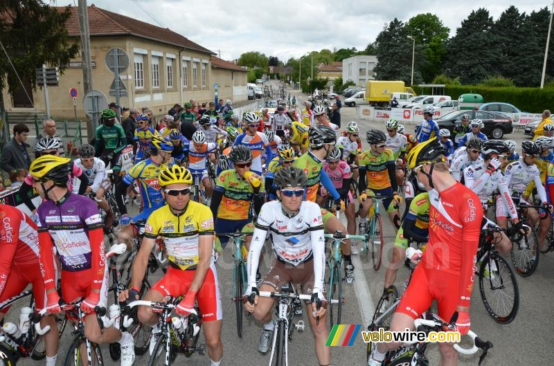 The peloton at the start in Charvieu-Chavagneux