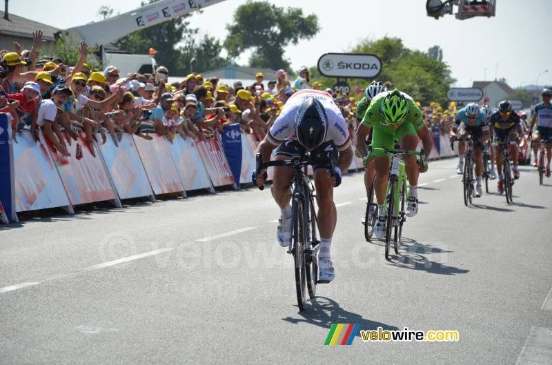 Mark Cavendish (Omega Pharma-QuickStep) on his way to victory (2)