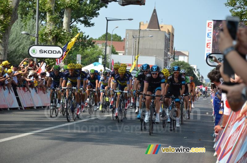 The yellow jersey peloton at 7'17