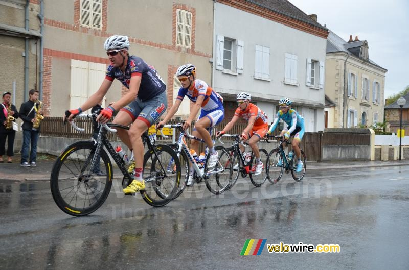 The leading group in the rain (2)