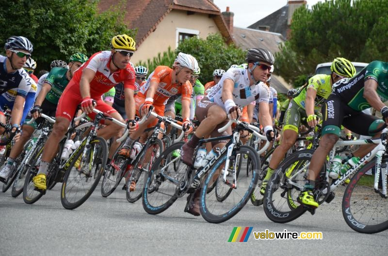 Het peloton in Mouhers (3)