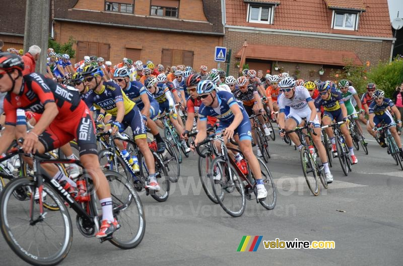 The peloton at the forelast visit of Isbergues at the start (2)