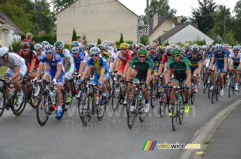 The peloton at the forelast visit of Isbergues at the start (3)