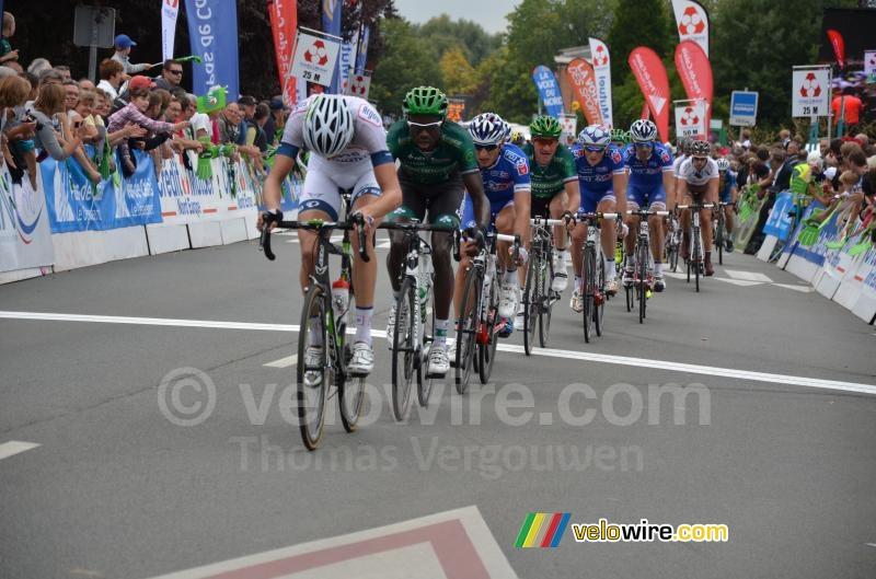 The peloton crosses the line in Isbergues