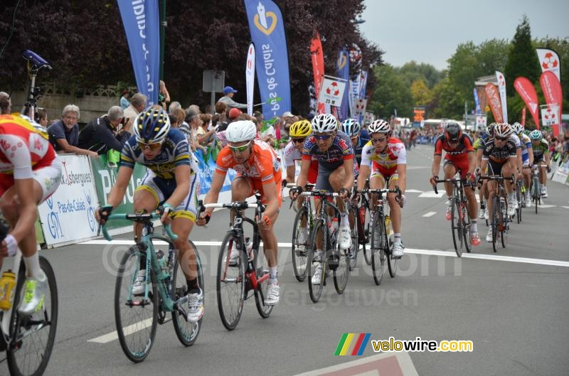 Het peloton passeert de finish in Isbergues (3)