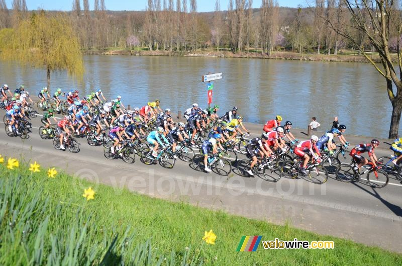 The peloton following the Seine river (4)