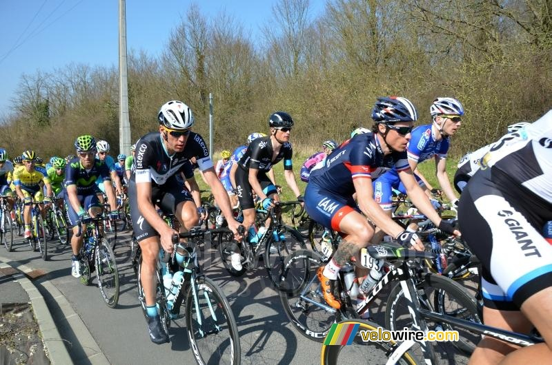 The peloton in Fontenay-sur-Loing (2)