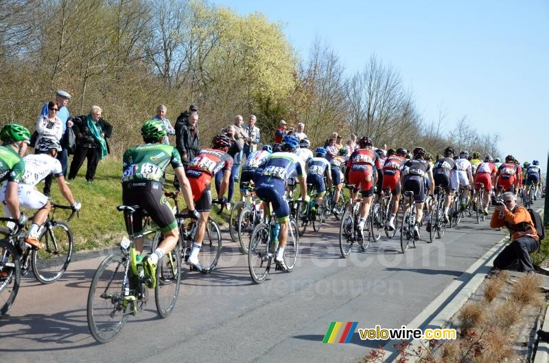 The peloton in Fontenay-sur-Loing (4)