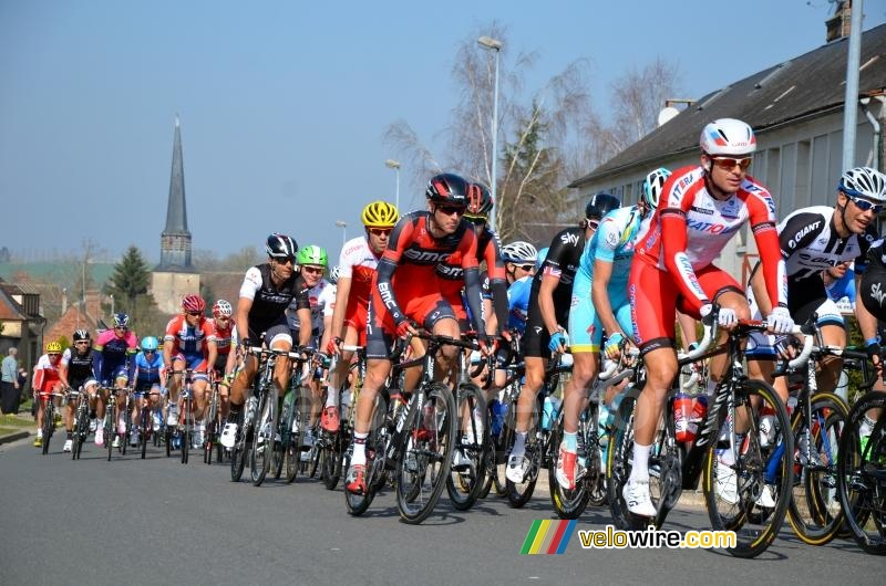 The peloton in Saint-Fargeau (3)