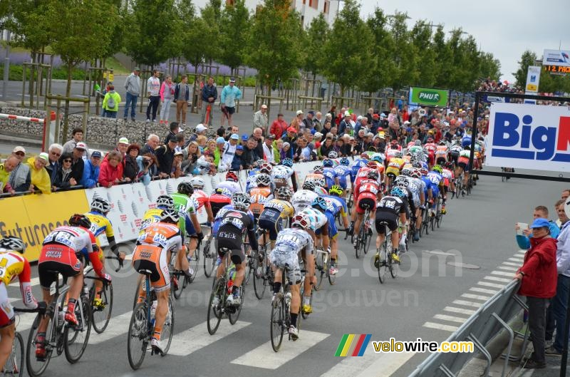 The peloton at the forelast crossing of the finish line