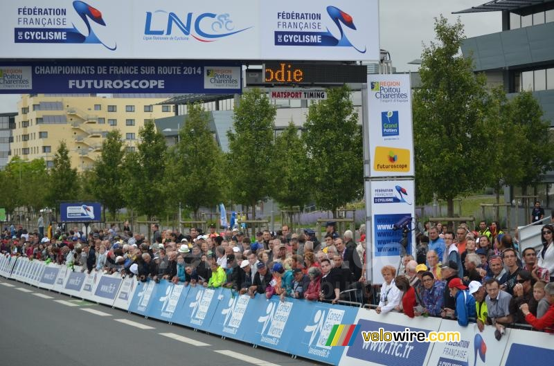 Lots of people at the women's race (2)