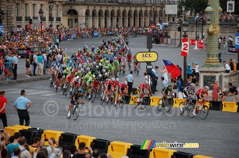 The peloton starts the forelast lap on the Champs Elysees
