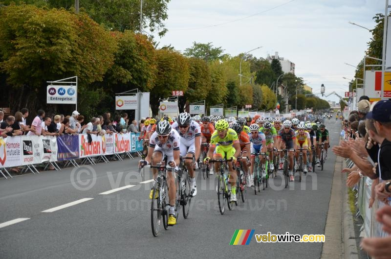 The peloton at the first crossing of the finish line