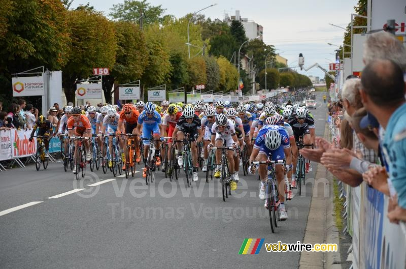 The peloton at the second crossing of the finish line