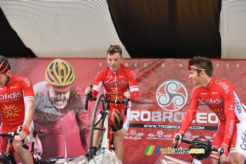 Steve Chainel (Cofidis) shows off his skills at the team presentation