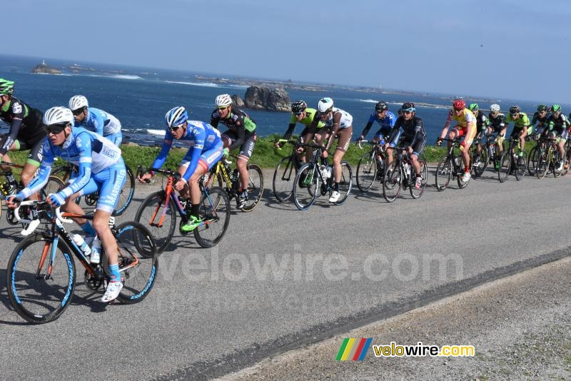 The peloton at the sea side (3)