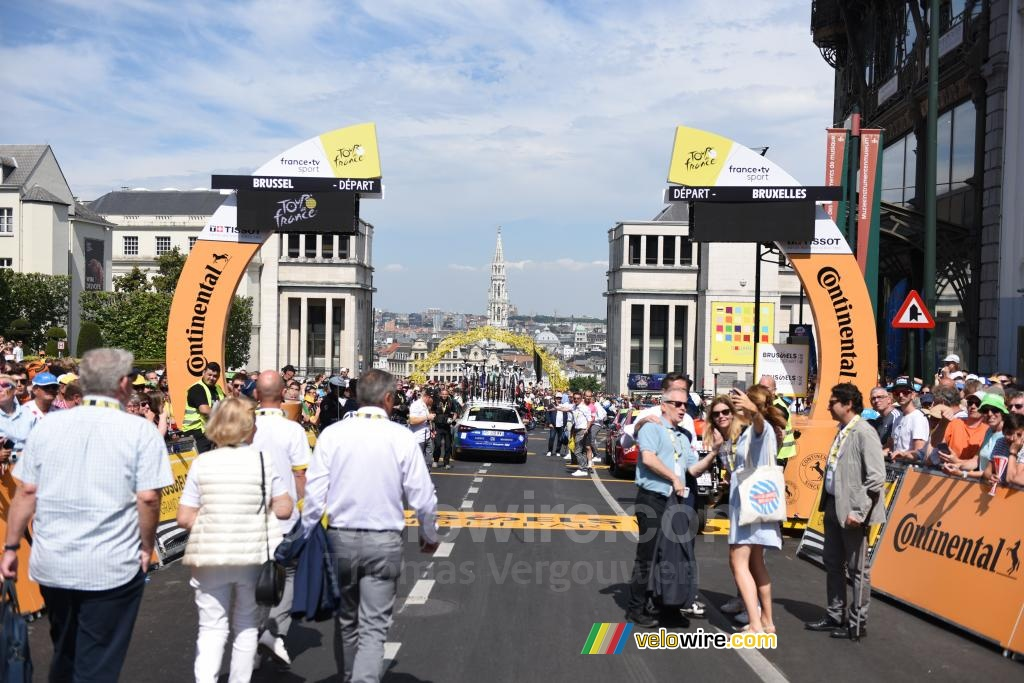 The start line in Brussels in front of an arch of yellow bikes