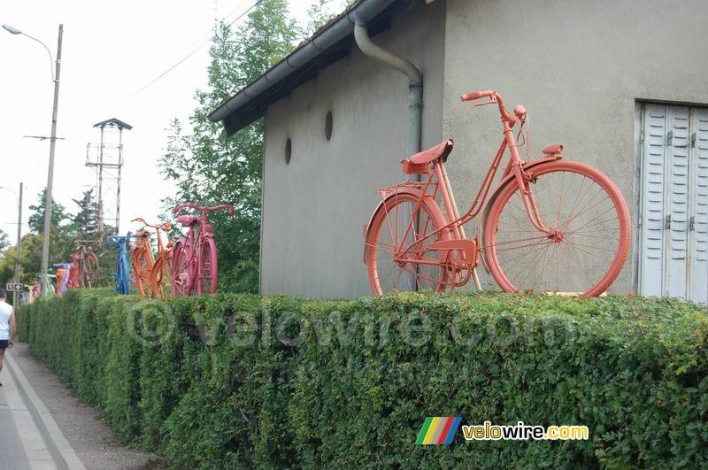 gekleurde fietsjes als decoratie in chablis foto 39 s