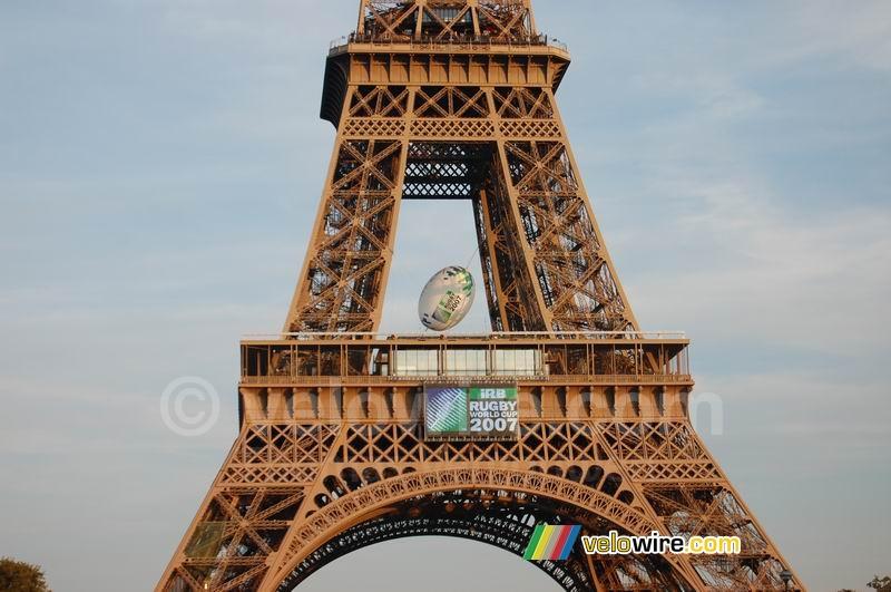 Beautiful La Tour Eiffel avec l'énorme ballon de rugby à l'intérieur (2  GN76