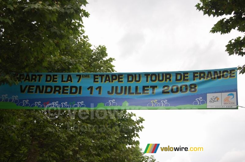 The banner announcing the start of the 7th stage Brioude > Aurillac