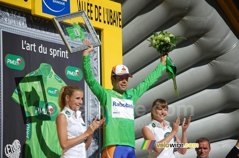 Oscar Freire (Rabobank) receives the green jersey (4)