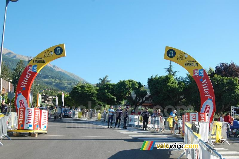 The start arch for the Embrun > Alpe d'Huez stage
