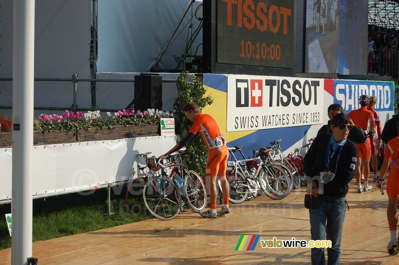 Marc de Maar (Rabobank/NLD) gets rid of his bike to go to the signature podium