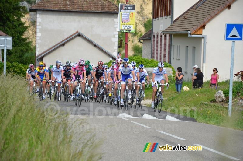 The peloton on the Côte de Rochefort (1)